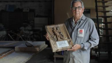 """Photo of O artesán Gerardo Fernández deseña o Premio do Público do FIC cunha lembranza ao seu fillo """"Geri"""""""