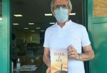 """Photo of Paco Ascón: """"Quero dedicarlle este libro á xente nova, para que recapacite sobre o que quere ser"""""""