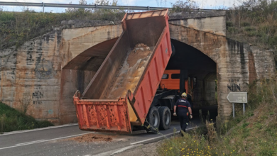 Photo of Un camión queda atrapado no túnel da saída do Barco dirección Rubiá