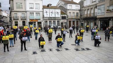 Photo of Lápidas e loito pola situación da hostalaría en Xinzo, ao paso da Volta a España